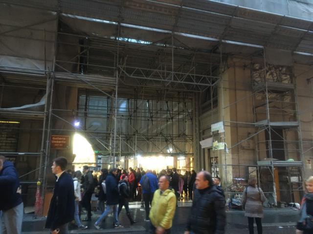【写真】Via Toledoに面する入り口は上部を工事中