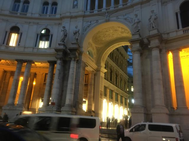 【写真】サンカルロ通りVia San Carloに面する正面口