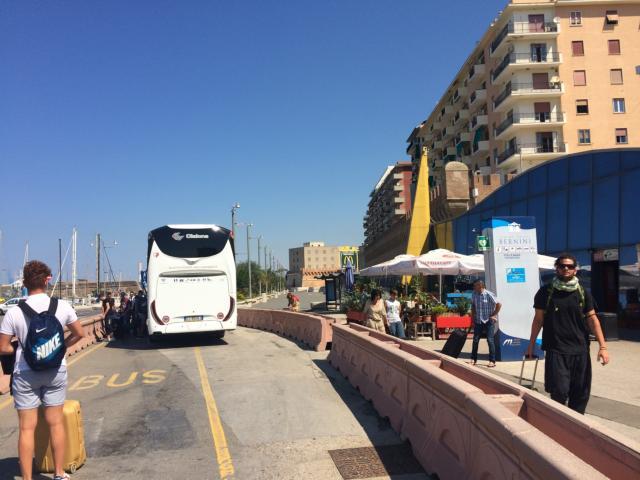 港の入り口でシャトルバス下車