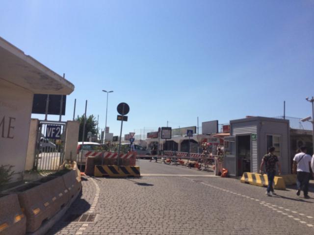 港の入り口で下車、ここから駅まで歩く