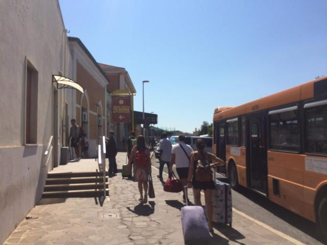 【写真】チビタベッキアの駅は少し進んで左手にあります