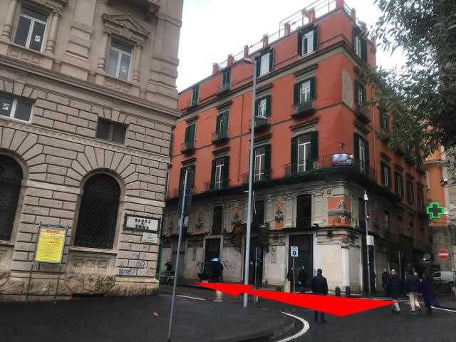 【写真】茶色の建物に近づいたら赤い矢印の方向へ