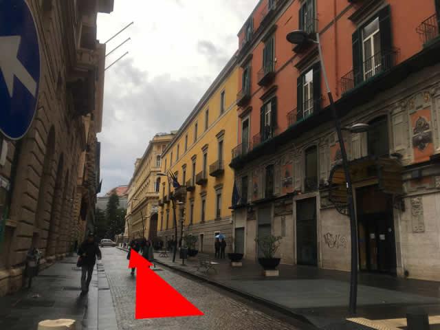 【写真】通りを真っすぐ進む