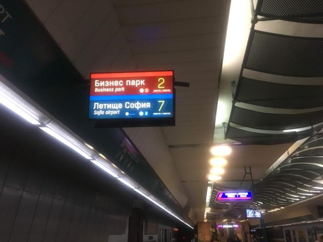 表示されている行き先の電車に乗り込む