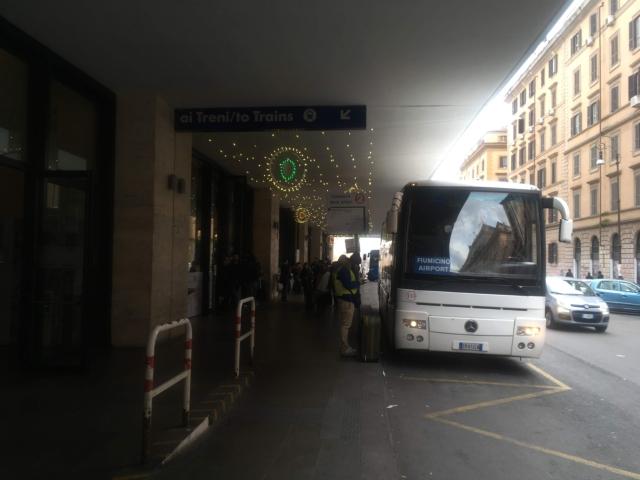 【写真】しばらく進むとシャトルバス停が見えてきます