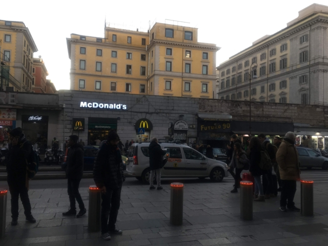 道を挟んでマクドナルドが見えているジョリッティ通り出口