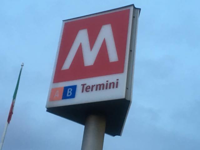 【写真】イタリアの地下鉄はMETROのMで表示されている