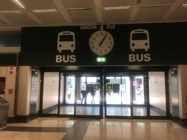 【写真】バスのマークが描かれている出口