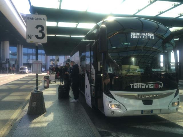 【写真】出口から出ると目の前がバス乗り場になっている