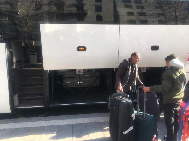 大きい荷物はバスの側面のトランクへ