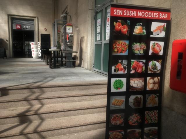 【写真】SEN SUSHI NOODLES BAR の看板