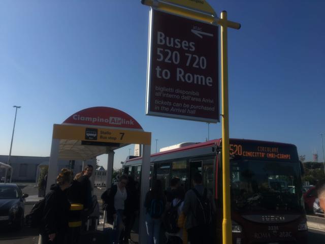 7番のバス停で520番のバスを待ちます