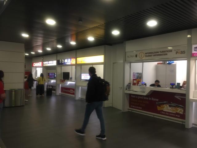 チャンピーノ空港出口付近のカウンター