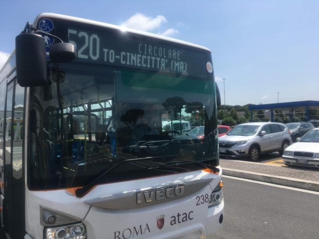 【写真】520番のバスを待ち乗り込む