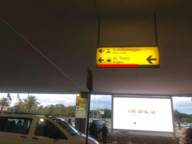 【写真】鉄道駅に向かうにはまず指示に従い左方向へ