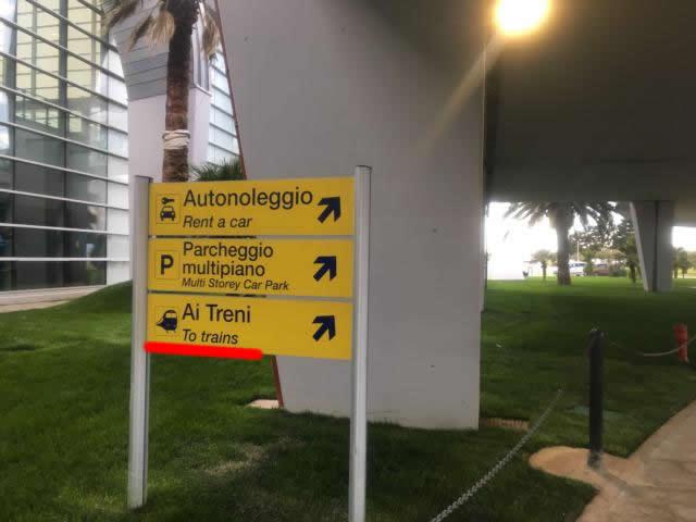 鉄道駅のサインに従って進みます