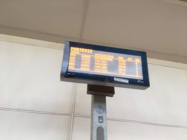 【写真】電子の時刻表で時刻をチェック
