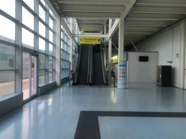 【写真】「Partenze Departures」が出発の案内です