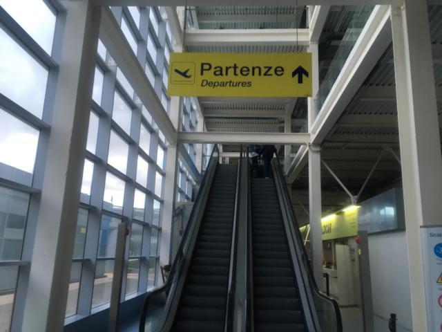 【写真】「Partenze Departures」はイタリア語で出発です。