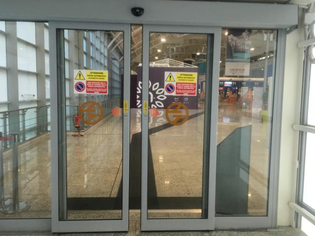 空港内へ最後の扉