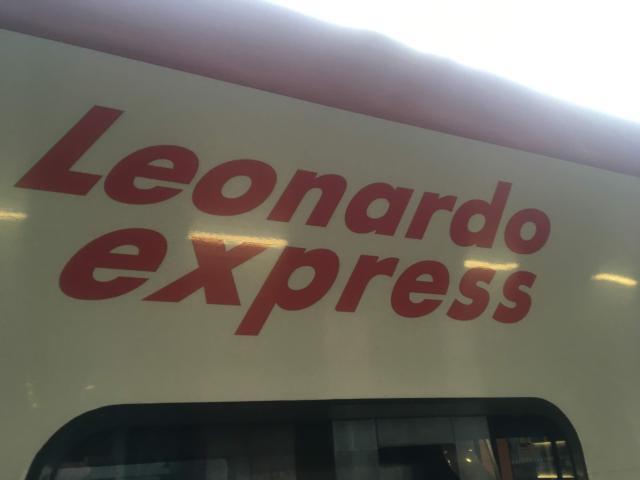 【写真】レオナルドエクスプレスと車体に書いてある