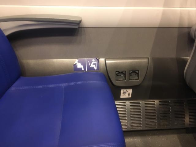 【写真】シートの横に電源があります220Vです