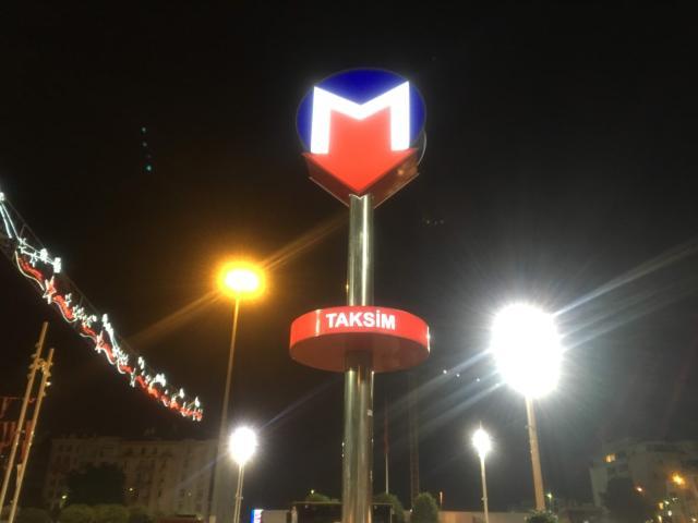 タクシム広場には地下鉄M2線が通っている