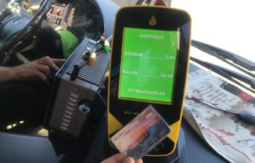 イスタンブールカードを機械に近づける