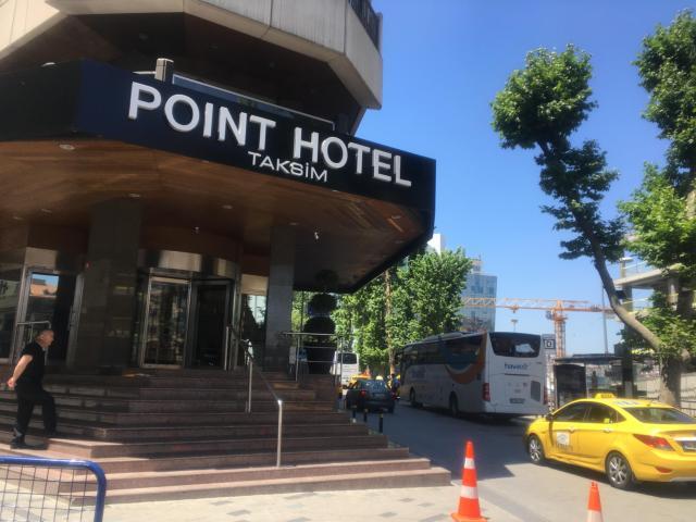 【写真】POINT HOTELの右側面にバス停が見える