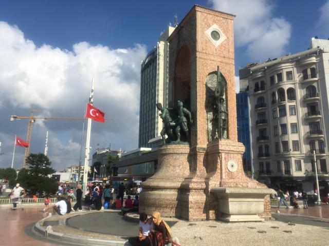 タクシム広場の記念碑
