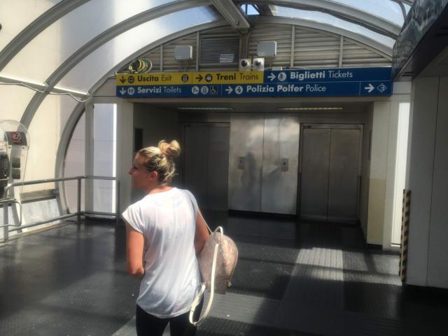 今度はエスカレーターを昇り左に曲がると駅があります