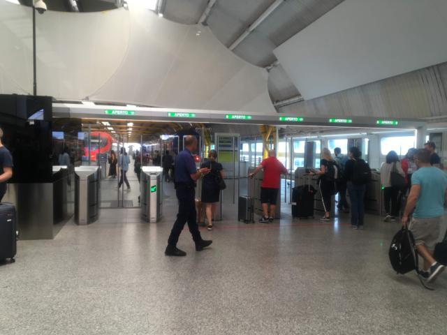 フィウミチーノ空港駅の改札