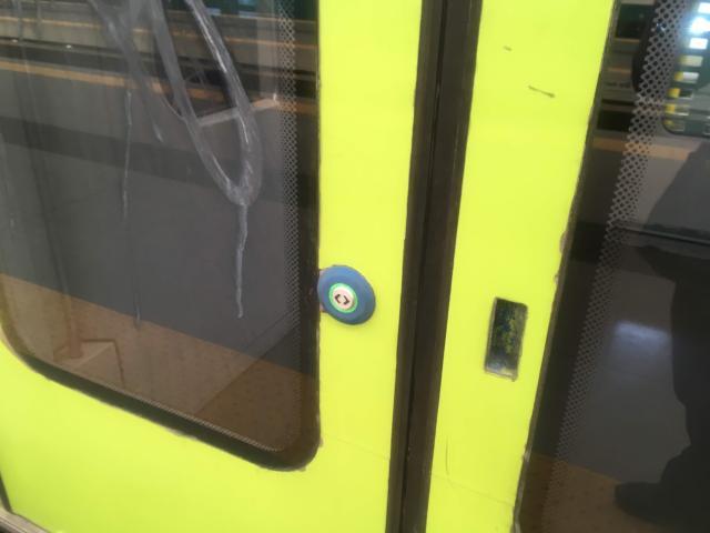 扉についている緑のボタンを押すと扉が開きます