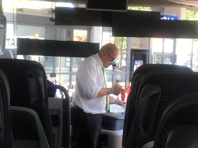 乗車券を確認する運転手