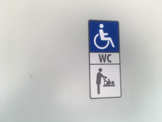 車いす用のトイレやおむつ交換室もあり
