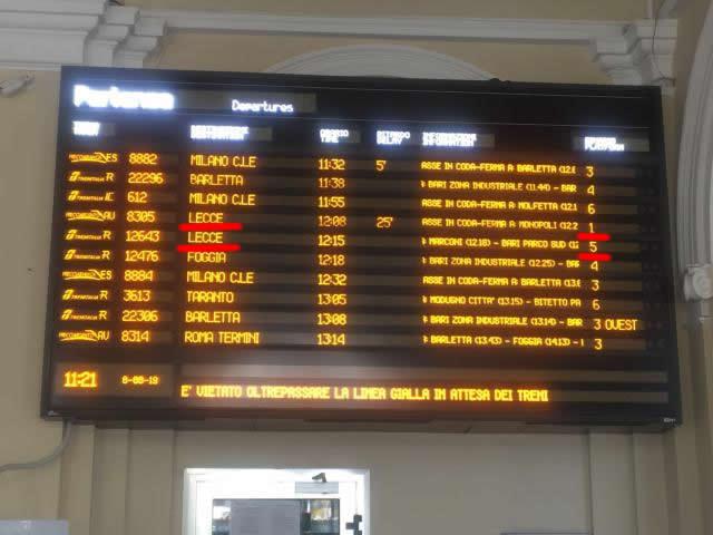 電光掲示板でレッチェ行きの時刻とホームを確認
