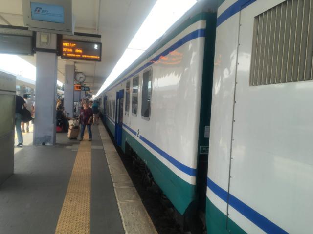 【写真】時刻とホームを確認し、来た電車に乗り込みます