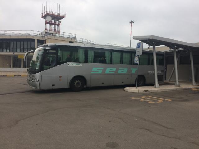 レッチェ行きバスが停車しているところ