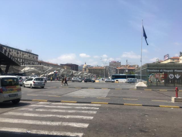 ナポリ中央駅はガルバルディ広場に面している