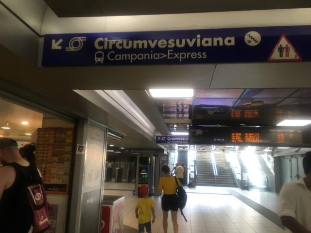【写真】Circumvesuvianaベスビオ周遊鉄道への案内