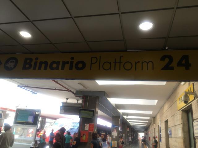 ナポリ中央駅24番ホーム方向にCo.s.Lucci出口