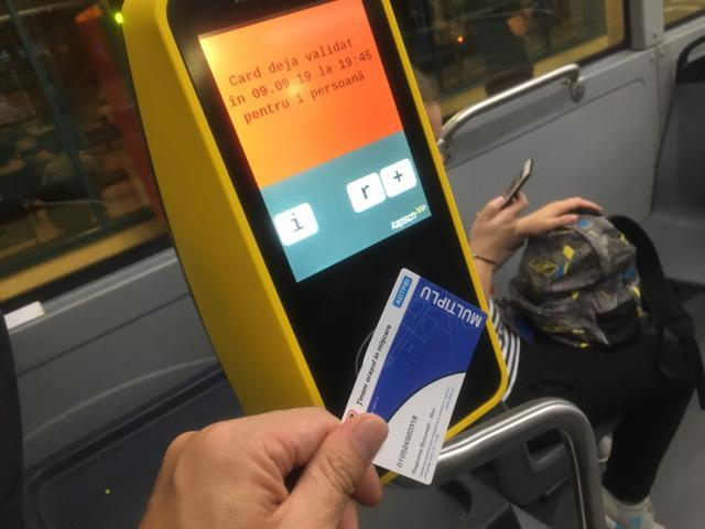 【写真】チケットを読み取り機にかざす