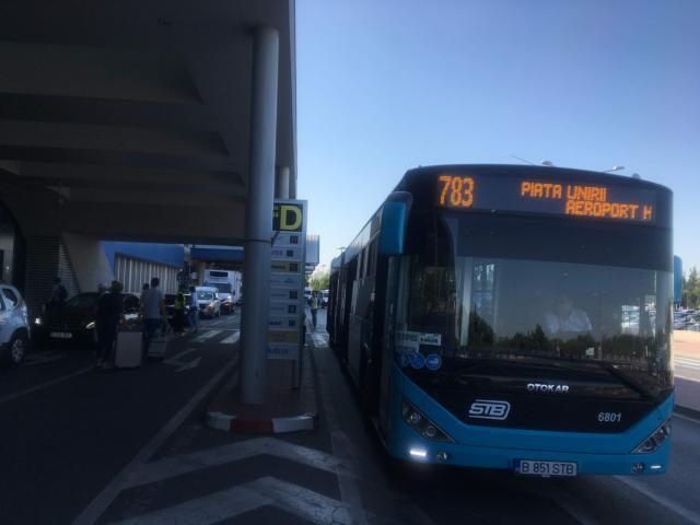 783番のバスはアンリ・コアンダ空港出発ターミナルに到着