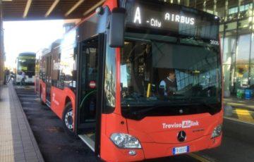 駅に向かうバスTreviso Airlinkは赤い車体