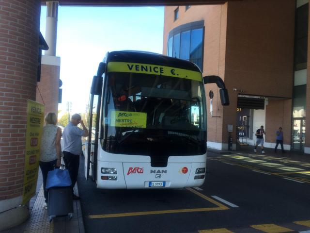トレヴィーソ空港からベネチア行きのシャトルバス