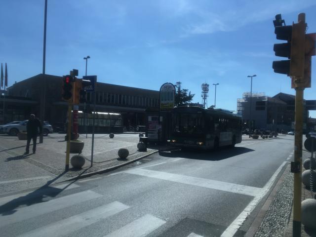 トレヴィーソ駅前にバスが停車