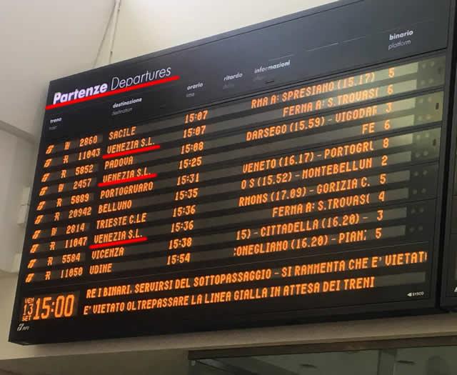 【写真】トレヴィーソ駅の電光掲示板。Partenze(出発)掲示板を見る