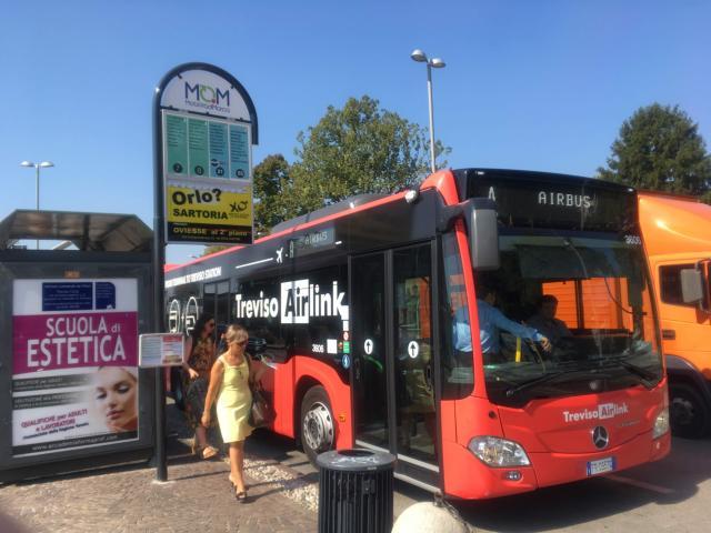 【写真】トレヴィーソ空港からのバスは駅前に停車