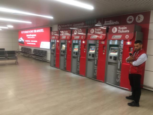 フィウミチーノ空港出口ゲート前にある自動発券機