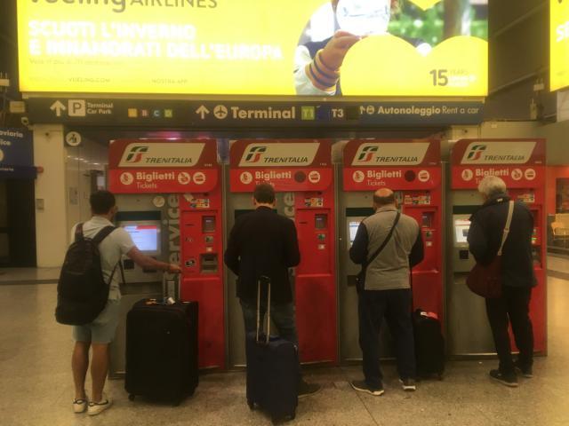 【写真】もちろん駅の構内にも多くの自動発券機がある